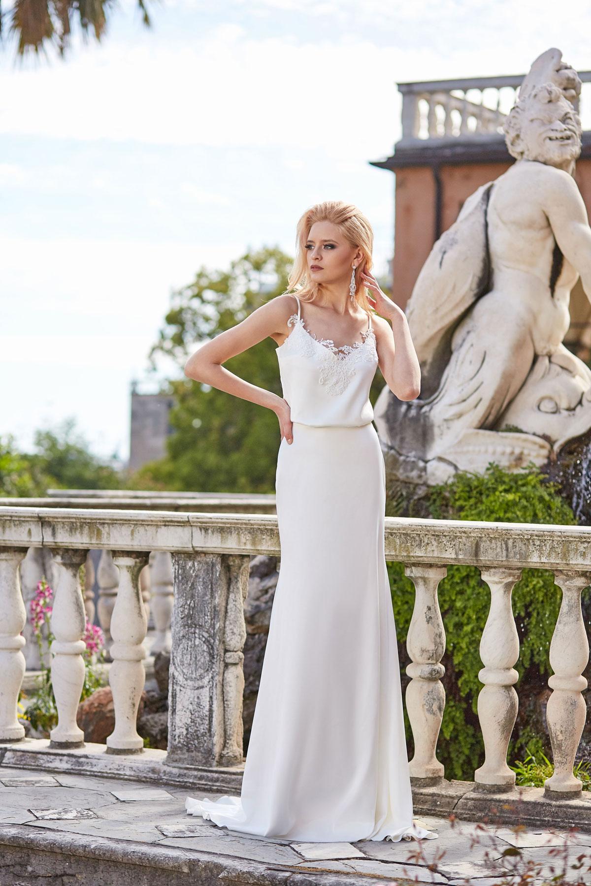 bea8b1978b2 Такая форма юбки достигается при помощи специальной конструкции из обручей.  Наряд «бальное платье» не подойдет девушкам невысокого роста